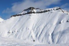 Esquiadores y cuesta fuera de pista con los rastros de esquís, de snowboard y de a Imagen de archivo
