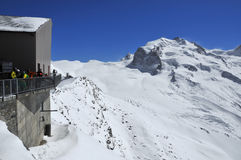 Esquiadores y el Monte Rosa Imagen de archivo
