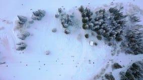 Esquiadores y snowboarders de la visión aérea en el remonte en la montaña de la nieve en estación de esquí almacen de metraje de vídeo