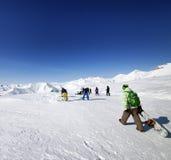 Esquiadores y snowboarders en cuesta del esquí Fotografía de archivo libre de regalías
