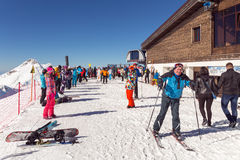 Esquiadores y snowboarders Estación de esquí de Rosa Khutor Sochi Rusia Fotos de archivo libres de regalías