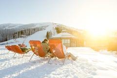 Esquiadores y snowboarders que descansan en sillas en Chopok cuesta abajo, Jasna - Eslovaquia Imagen de archivo libre de regalías