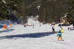 Esquiadores y snowboarders que gozan de buena nieve Fotos de archivo