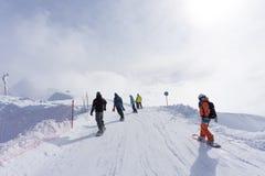 Esquiadores y snowboarders que van abajo de la cuesta Fotografía de archivo libre de regalías