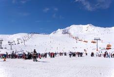 Esquiadores y telesillas en Solden, Austria Foto de archivo libre de regalías
