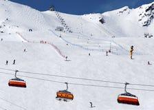 Esquiadores y telesillas en Solden, Austria Fotos de archivo libres de regalías