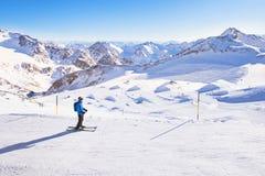 Esquiando cuesta abajo en las montañas, vacaciones de invierno Fotografía de archivo libre de regalías