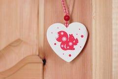 Esquilo do brinquedo do Natal no coração Fotografia de Stock