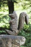 Esquilo embutido no tronco da árvore imagens de stock royalty free