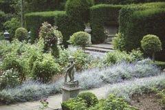 Esquina íntima del jardín inglés formal tradicional Imagen de archivo libre de regalías