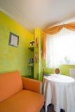 Esquina anaranjada del dormitorio Fotografía de archivo