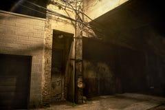 Esquina da rua urbana do centro escura e assustador da cidade na noite fotos de stock royalty free