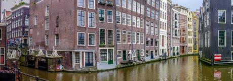 Esquina de Amsterdam de las curvas donde los canales se combinan foto de archivo libre de regalías
