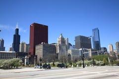 Esquina de calle de Chicago y horizonte Imágenes de archivo libres de regalías