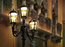 Esquina de calle de Europa. Luces de calle clásicas. Fotografía de archivo libre de regalías