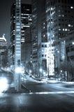 Esquina de calle en la noche Imagen de archivo libre de regalías