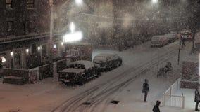 Esquina de calle de la ciudad durante una tormenta del invierno almacen de metraje de vídeo