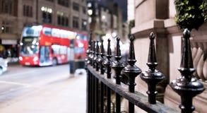 Esquina de calle Londres la ciudad de Westminster por noche Fotos de archivo