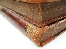 Esquina de dos libros viejos fotos de archivo