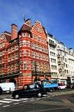 Esquina de la calle muy transitada en Londres Imágenes de archivo libres de regalías