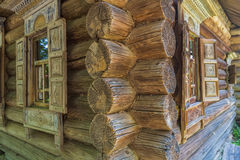 Esquina de la casa de madera vieja con Windows Fotos de archivo
