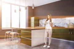 Esquina de la cocina, encimeras verdes, isla, mujer fotos de archivo libres de regalías