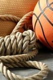 Esquina de la gimnasia, bola del baloncesto y cuerda foto de archivo