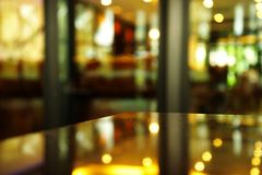 Esquina de la luz de la reflexión de la tabla con el fondo de la falta de definición del pub o Foto de archivo