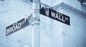 Esquina de la muestra de camino de Wall Street de la bolsa de NY Foto de archivo libre de regalías
