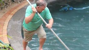Esquina de la piscina de la limpieza almacen de metraje de vídeo