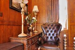 Esquina de la sala de estar en la decoración de madera Imagen de archivo libre de regalías