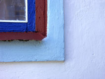 Esquina de la ventana pintada vieja Fotos de archivo