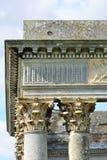 Esquina de las columnas romanas en la parte superior Imágenes de archivo libres de regalías