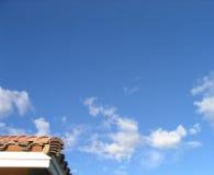 Esquina de las propiedades inmobiliarias y del cielo Imágenes de archivo libres de regalías