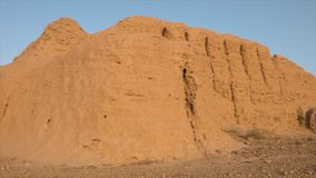 Esquina de las ruinas antiguas de la arcilla en Uzbekistán almacen de metraje de vídeo