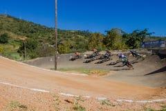 Esquina de los muchachos de la raza de BMX primera Imagen de archivo