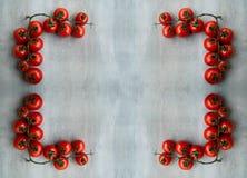 Esquina de tomates red delicious frescos en una tableta de madera vieja Imagenes de archivo