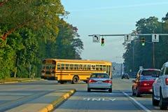 Esquina de torneado del autobús escolar Fotos de archivo libres de regalías