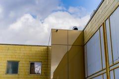 Esquina de un edificio moderno Foto de archivo libre de regalías