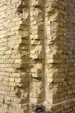 Esquina de una pared de ladrillo vieja Imagen de archivo libre de regalías