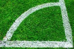 Esquina del campo de fútbol con las marcas blancas Imágenes de archivo libres de regalías