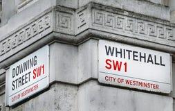 Esquina del Downing Street y de Whitehall en la ciudad de Westminster, Londres, Inglaterra, Reino Unido 10 Downing Street son la  Fotos de archivo libres de regalías