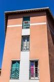 Esquina del edificio, arquitectura francesa en un pueblo Foto de archivo