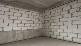 Esquina del edificio con las paredes de ladrillo inacabadas Imagen de archivo libre de regalías