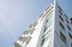 Esquina del edificio debajo del cielo azul Fotografía de archivo libre de regalías