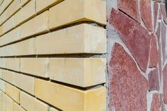 Esquina del ladrillo y de la losa de la casa Imagen de archivo libre de regalías