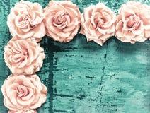 Esquina del ribete de rosas en un fondo de un fondo vendimia Fotografía de archivo libre de regalías
