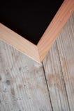 Esquina del tablero de tiza con el marco de madera imagenes de archivo