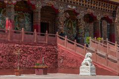 Esquina del templo de Muli con el león de piedra en Sichuan de China Foto de archivo libre de regalías
