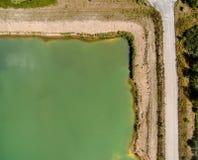 Esquina en una charca de la grava, imagen aérea como fondo con mucha liquidación Foto de archivo libre de regalías